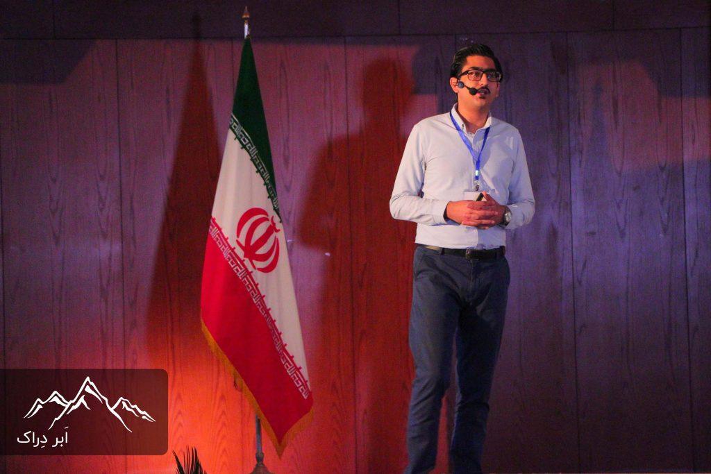 سید سینا سلطانی، بنیانگذار دِراک در حال سخنرانی در رویداد رونمایی اَبر دِراک